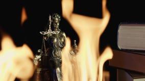 Het Standbeeld van Rechtvaardigheid - Vlammen in de voorgrond stock footage