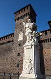 Het standbeeld van San Giovanni Nepomuceno in Sforzesco-Kasteel in Milaan, Italië royalty-vrije stock foto's