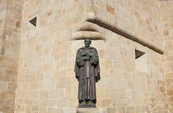 Het standbeeld van San Pedro de Alcantara bij de kathedraal van Caceres St Marys Stock Foto