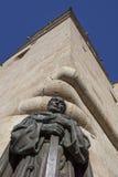 Het standbeeld van San Pedro de Alcantara bij de kathedraal van Caceres St Marys Stock Foto's