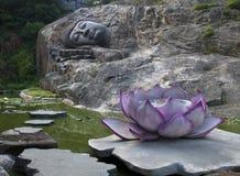 Het standbeeld van slaapboedha stock foto