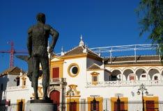 Het standbeeld van stierenvechter en arena, Sevilla, Spanje. Stock Fotografie