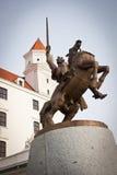 Het Standbeeld van Svatopluk van de koning bij het Kasteel van Bratislava Stock Afbeelding