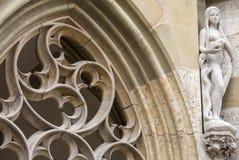 Het standbeeld van Vooravond en gotisch nam venster op de voorgevel van St Jakobs Kirche, Rothenburg ob der Tauber, Duitsland toe Stock Foto's