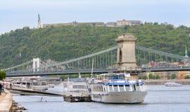 Het Standbeeld van Vrijheid en de Citadel worden gevestigd bij de bovenkant van Gellert-Heuvel, het hoogste punt van Boedapest de royalty-vrije stock fotografie