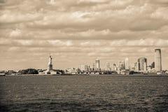 Het standbeeld van Vrijheid en de Stad van Manhattan, New York Stock Fotografie