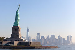 Het standbeeld van Vrijheid en de Stad van New York royalty-vrije stock afbeelding