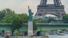 Het Standbeeld van Vrijheid en de Toren Timelapse van Eiffel Parijs, Frankrijk stock video