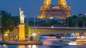 Het Standbeeld van Vrijheid en de de Torendag van Eiffel aan nacht Timelapse met moderne gebouwen Parijs, Frankrijk stock footage