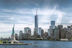 Het Standbeeld van Vrijheid met Één World Trade Centerachtergrond, Oriëntatiepunten van de Stad van New York Royalty-vrije Stock Foto