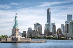 Het Standbeeld van Vrijheid met Één World Trade Centerachtergrond, Oriëntatiepunten van de Stad van New York royalty-vrije stock fotografie