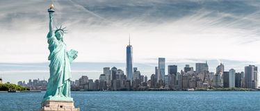 Het Standbeeld van Vrijheid met Één World Trade Centerachtergrond, Oriëntatiepunten van de Stad van New York royalty-vrije stock afbeelding
