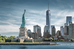 Het Standbeeld van Vrijheid met Één World Trade Centerachtergrond, Oriëntatiepunten van de Stad van New York stock fotografie