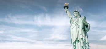 Het Standbeeld van Vrijheid met de mooie hemel, Oriëntatiepunten van New York Stock Afbeelding