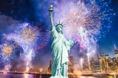 Het Standbeeld van Vrijheid met vage achtergrond van cityscape met mooi vuurwerk bij nacht, de Stad van Manhattan, New York royalty-vrije stock afbeeldingen