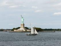 Het Standbeeld van Vrijheid met varend shipin New York Stock Foto's