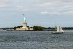 Het Standbeeld van Vrijheid met varend shipin New York Stock Afbeelding