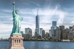 Het standbeeld van Vrijheid met World Trade Centerachtergrond, Oriëntatiepunten van de Stad van New York Royalty-vrije Stock Fotografie
