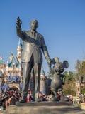 Het standbeeld van Walt Disney en Mickey Mouse-bij het Disneyland Park Royalty-vrije Stock Foto