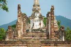 Het standbeeld van zittingsboedha bij de ruïnes van de belangrijkste kapel van de Wat Mahathat-tempel in het Historische Park van Stock Afbeeldingen