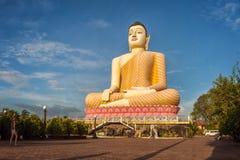 Het Standbeeld van zittingsboedha bij de Tempel van Kande Viharaya in Aluthgama, Sri Lanka Royalty-vrije Stock Foto's