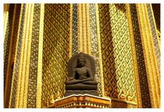 Het standbeeld van zittingsboedha, Wat Phra Kaeo Wat Phra Keo Bangkok Thailand stock fotografie