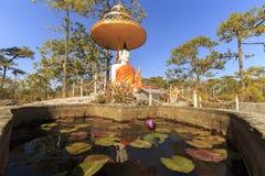 Het standbeeldbezinningen van Boedha in een lotusbloemvijver in bos, het Nationale Park van Phukradung Royalty-vrije Stock Afbeelding