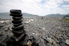 Het stapelen van Stenen op een Thais Eiland Stock Afbeeldingen