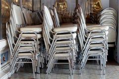 Het stapelen van stoelen Stock Foto
