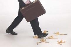 Het stappen op banaanschillen Stock Foto