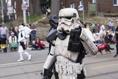 Het Star Wars-karakter Stormtrooper loopt langs de Koningin St E Toronto tijdens de Parade 2017 van Strandenpasen royalty-vrije stock fotografie