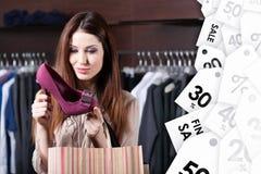 Het staren bij uitstekende schoenen bij het winkelcentrum aan een goede prijs Stock Afbeeldingen