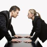 Het staren van de man en van de vrouw Stock Afbeeldingen
