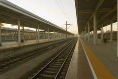 Het station en de sporen royalty-vrije stock afbeelding