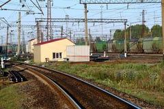 Het station met de het aankomen treinen Stock Afbeeldingen