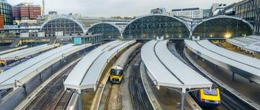 Het station van Paddington van treinbladeren in Londen Stock Afbeeldingen