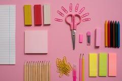 Het stationaire Vlakke concept, legt hoogste meningsfoto van Schaar, potloden, paperclippen, calculator, kleverige nota, nietmach royalty-vrije stock foto's