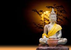 Het statuut van Boedha van het onderwerpen van Mara zitting onder het maanlicht Royalty-vrije Stock Foto