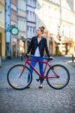 Het stedelijke biking - jonge vrouw en fiets in stad Royalty-vrije Stock Fotografie