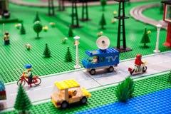 Het stedelijke die plaatsen model van plastic bakstenen wordt gemaakt Royalty-vrije Stock Afbeelding