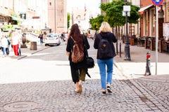 Het stedelijke leven Twee jonge meisjes die op de Straat lopen Stock Foto's