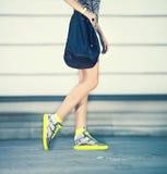 Het stedelijke meisje van de stijlmanier Stock Foto's