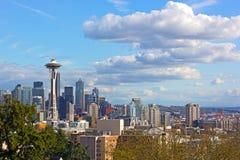 Het stedelijke panorama van Seattle en distinctieve piek van Onderstel Regenachtiger boven de wolken op horizon stock foto