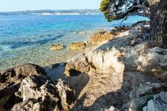 Het steenachtige strand van de zomer (Kroatië) royalty-vrije stock fotografie