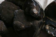het steenkunstwerk in bruine donkere zwarte kleuren met wat schittert steen Stock Foto's