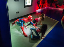Het stellen met Spiderman stock fotografie