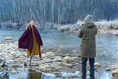 Het stellen op de achtergrond van de rivier Royalty-vrije Stock Afbeelding