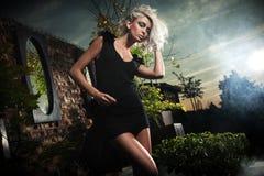 Het stellen van de blonde over avondhemel Stock Fotografie