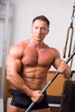 Het stellen van de bodybuilder stock foto