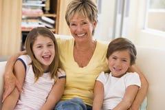 Het stellen van de grootmoeder met kleinkinderen royalty-vrije stock fotografie
